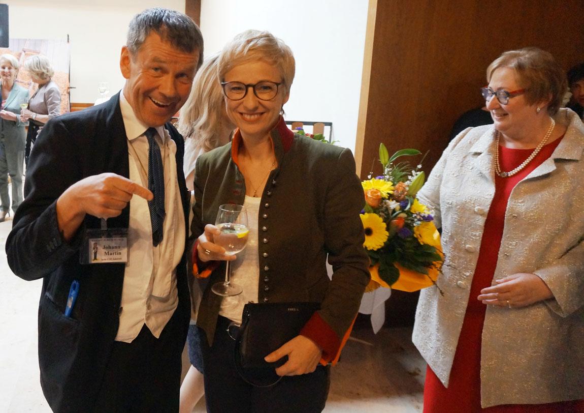 20190405-5-WKOÖ-Präsidentin-Mag.-Doris-Huemer-Blumen-für-Ingrid-Schöppl-Stritzinger